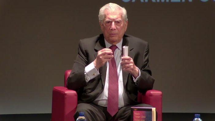"""Vargas Llosa elogia al """"periodista al pie del cañón"""" pero el Ayuntamiento de Majadahonda prohíbe el acceso de la prensa a su conferencia"""