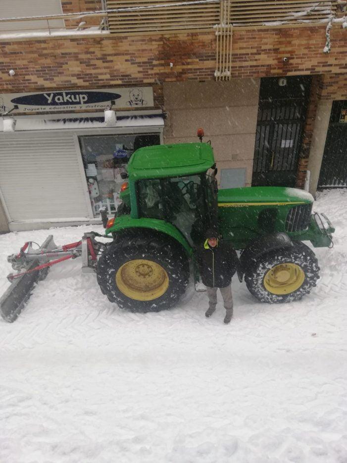 """El alcalde de Majadahonda pide """"paciencia"""" pero los vecinos se ponen a trabajar en domingo para quitar la nieve"""