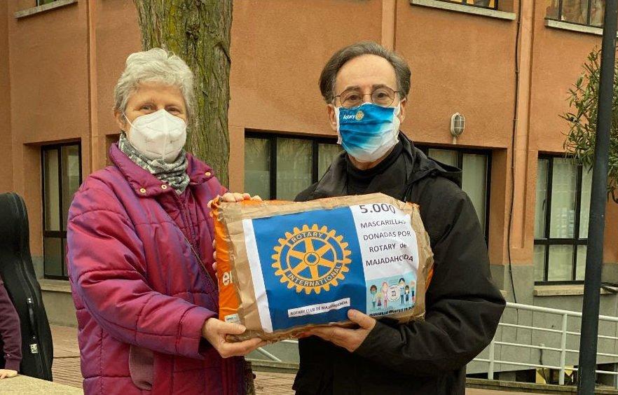 Los Rotarios de Majadahonda consuman la entrega de 5.000 mascarillas y 15 mamparas para fines solidarios