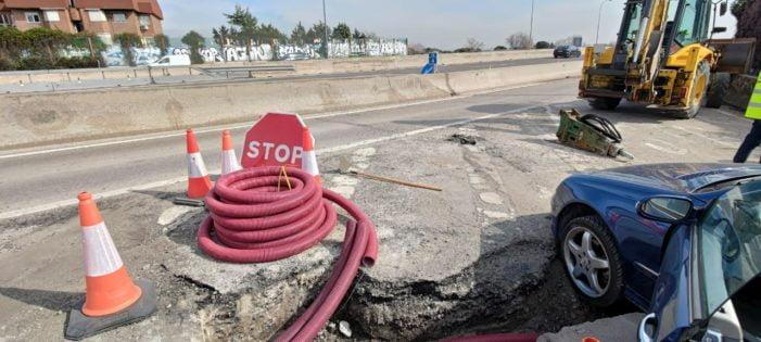 """Aparece una grieta en uno de los accesos a la A-6 desde Majadahonda y se """"traga"""" un coche"""
