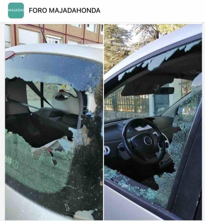 """Majadahonda: """"niños sin mascarilla fumando tabaco y lo que no es tabaco"""" revientan las lunas de un coche"""