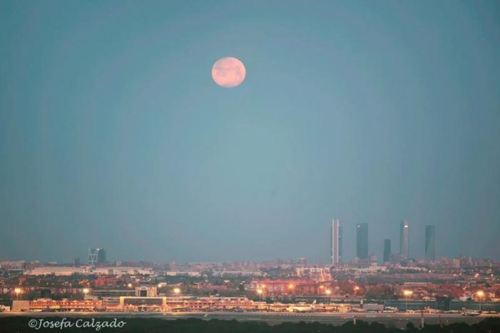 "La fotógrafa de Majadahonda, Josefa Calzado, muestra la ""Luna llena del Gusano"" que inicia la Semana Santa 2021"