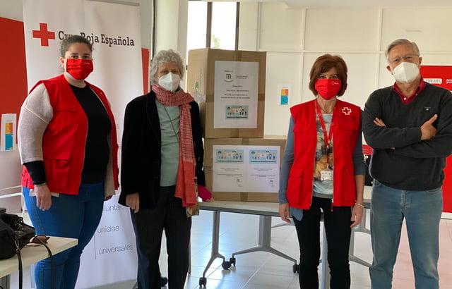 La Asociación Vecinal de Majadahonda entrega 13.100 mascarillas a los colegios: todas las fotos de la donación