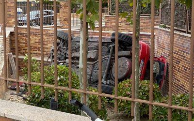Cuatro jóvenes de Majadahonda iban en el coche que «voló» y se estrelló en un jardín: huída y detención por la policía
